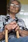 abuela con palo