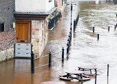 Água de inundação do rio Ouse surround ribeirinha pub em York