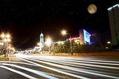 Schnelle Autos bei Nacht Stadt bewegen