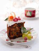 traditionelle Weihnachtskuchen Obst mit weißen Zuckerguss und gezuckerte Früchte