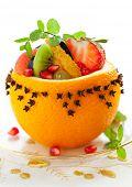 Ensalada de frutas en naranjas ahuecadas tachonado con clavos para Navidad