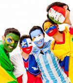 Grupo de latino-americanos com bandeiras - isolado sobre um fundo branco