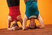 passen Frauen tun headstands