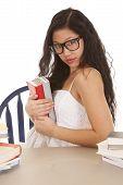 Frau halten Bücher Gläser
