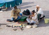 Encantador de serpentes na Praça Djemaa El Fna em Marrakech
