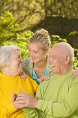 Großeltern mit Enkelin im freien