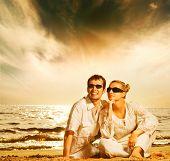 Jovem bonito casal in love na praia