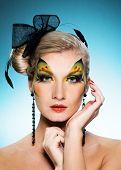 Joven belleza con cara de mariposa-arte