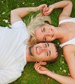 Jovem casal no amor ao ar livre