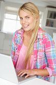 Junges Mädchen mit laptop