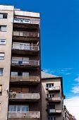 Edifício de apartamento contra o céu azul