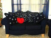 Corazón en sofá de dos plazas