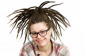 Jovem mulher com Dreadlocks usando óculos
