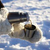 Verter la bebida caliente al aire libre