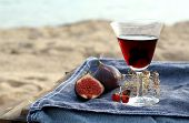 red wine ont the beach - picnic in Scandinavian style