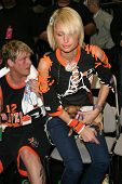 LOS ANGELES - 13 de fevereiro: Paris Hilton, Nick Carter no NBA All Star celebridade jogo no dia 13 de fevereiro, 2