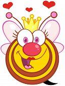 Carácter de mascota de dibujos animados de abeja reina con corazones