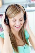 Animierte Caucasian Frau hören Sie Musik mit Kopfhörern