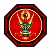 Feng Shui dragón octogram con el yin y el yang del bagua aislado