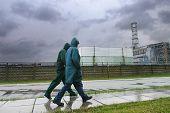 Pessoas andando perto da central nuclear de Chernobil