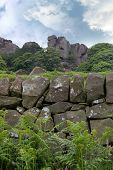Alpinistas subindo uma colina rochosa de formação em Cheshire