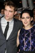 LOS ANGELES - NOV 14: Robert Pattinson, kommt Kristen Stewart in
