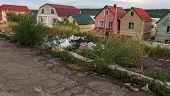 Незаконная свалка на обочине дороги. Куча пластиковых мусора и других мусора на стороне дороги, проб poster