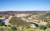 Paisaje del valle y río cerca de Barrancos.