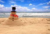 Muñeco de nieve hecho de arena en la playa