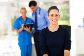 Porträt von lächelnden Frau wartet Checkup in Arztpraxis