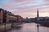 Sonnenuntergang In Hamburg, deutsche Stadt. Speicherstadt-Landkreis