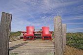 Rote Stühle auf einem Berg Top Suche