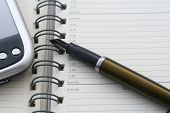 cuaderno PDA y pluma