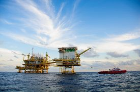 picture of southeast  - Oil and gas platform in the gulf or the sea - JPG