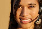 Atractiva mujer sonriente de soporte técnico telefónico.