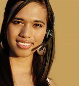 Atractiva mujer sonriente de apoyo customerl.