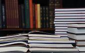 Pila de la biblioteca de libros