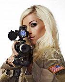 Bela mulher loira, apontando com a espingarda de sniper do exército