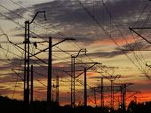Eisenbahninfrastruktur gegen den Sonnenuntergang Himmel 0920 02