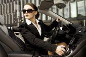 mooie brunette zakenvrouw cabrio autorijden