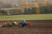 Tractor arando un campo agrícola