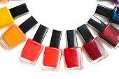 Esmalte de uñas color embalado en un semicírculo