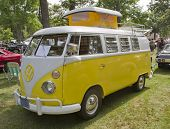 Amarillo & blanco 1966 Vw Camper vista de lateral