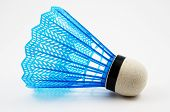 Blaue Badminton Federball auf einem weißen