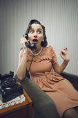 Mulher falando no telefone, olhando surpreso