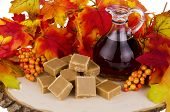 picture of maple syrup  - Presentation of maple syrup and sugar cream fudge on wooden plate - JPG