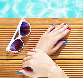 pic of gels  -  Woman lying down by the pool - JPG