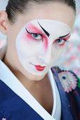 Retrato artístico de close-up de Japão gueixa mulher com maquiagem criativa