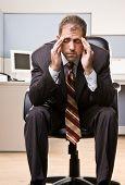 Empresario con dolor de cabeza
