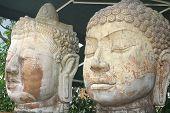 Постер, плакат: Многие лица Будды в каменные скульптуры